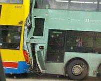 两巴士相撞77人受伤