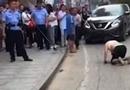 老人街头爬行学狗叫