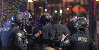 """骚乱持续升级!特朗普威胁将动用军队""""镇暴"""""""