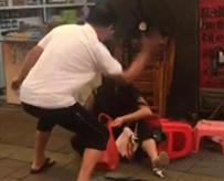 鞋店老板当街多次拽摔掌掴女子